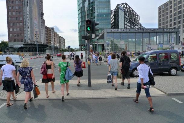 Ein Beispiel für aktive Mobilität: zu Fuß gehen (Quelle: Lisa Ampelfrau/ CC BY 2.0)