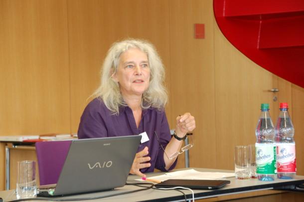 GEO-Redakteurin Hanne Tügel sprach über die Widersprüche in der Nachhaltigkeitsberichterstattung (Quelle: Schader-Stiftung)