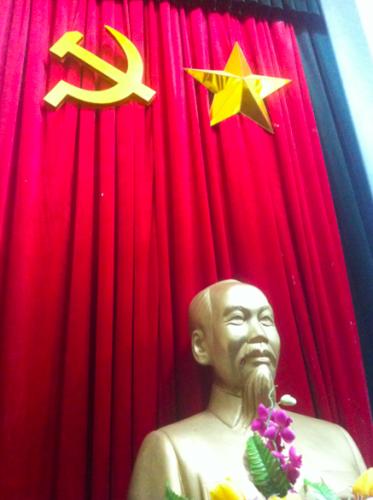 Uncle Ho ist immer mit uns, und scheinbar sehen in den Hotels die Seminarräume exakt gleich aus! Statue, schwere Stühle, gleiche Tische...