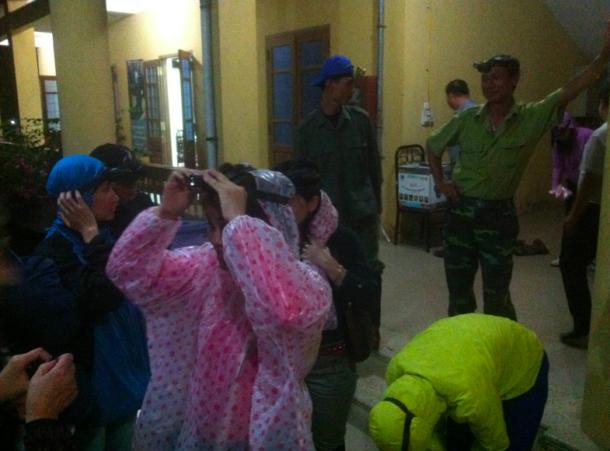 Wir bereiten uns auf die nächtliche Dschungeltour vor - mit Stirnlampen und eingezwängt in mückensichere Kleidung
